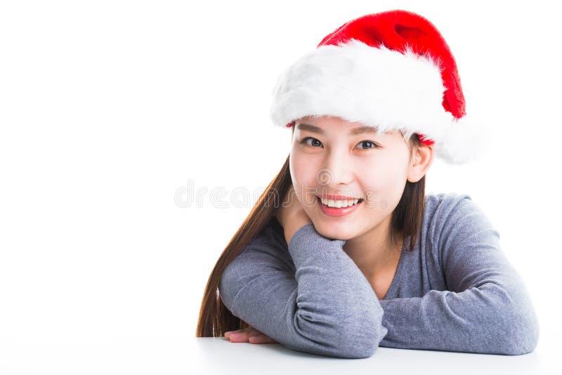 Молодая азиатская женщина при шляпа рождества изолированная на белизне стоковая фотография rf