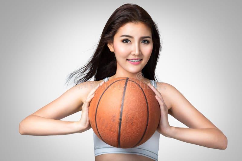 Молодая азиатская женщина с баскетболом стоковое фото rf