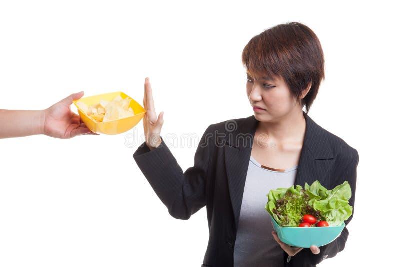 Download Молодая азиатская женщина с салатом говорит нет к картофельным стружкам Стоковое Фото - изображение насчитывающей bowie, съешьте: 81812148