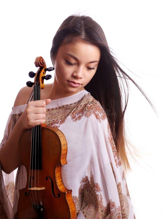 Молодая азиатская женщина с скрипкой стоковые изображения rf