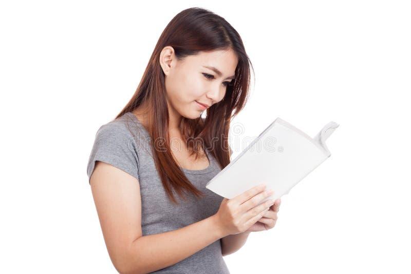 Молодая азиатская женщина читая книгу стоковое фото rf