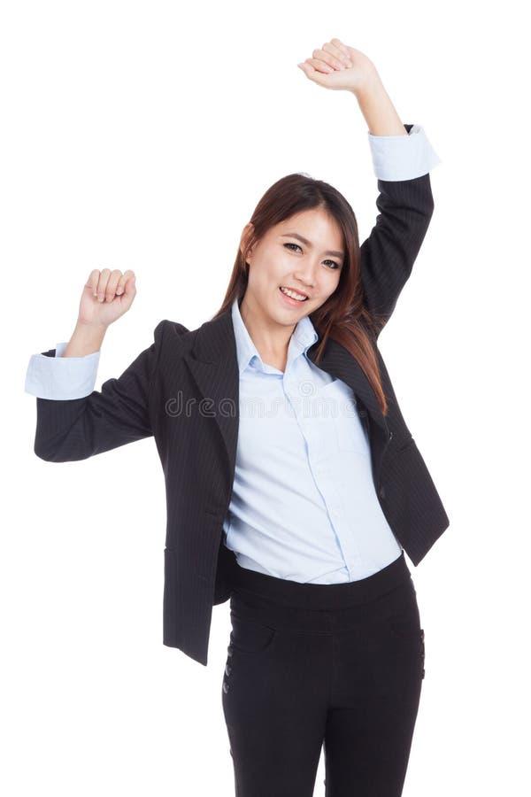 Молодая азиатская коммерсантка счастливая положила ее руки вверх стоковое фото rf