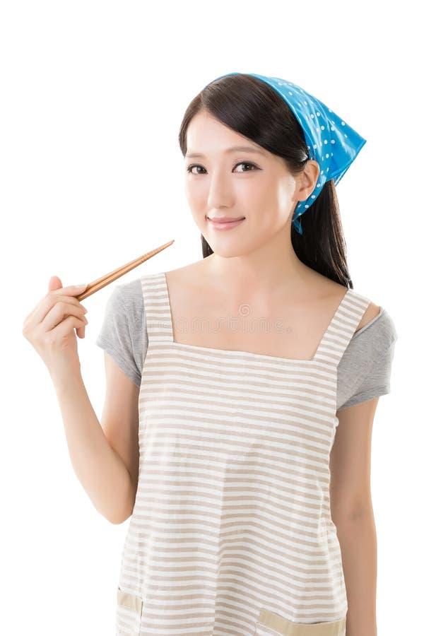 Молодая азиатская домохозяйка стоковые фотографии rf