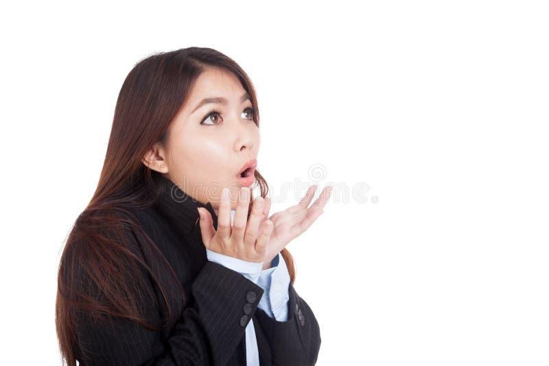 Молодая азиатская сотрясенная коммерсантка и смотрит вверх стоковое фото