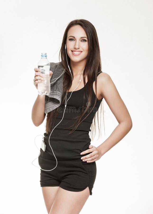 Молодая активная женщина на спортзале стоковое изображение rf