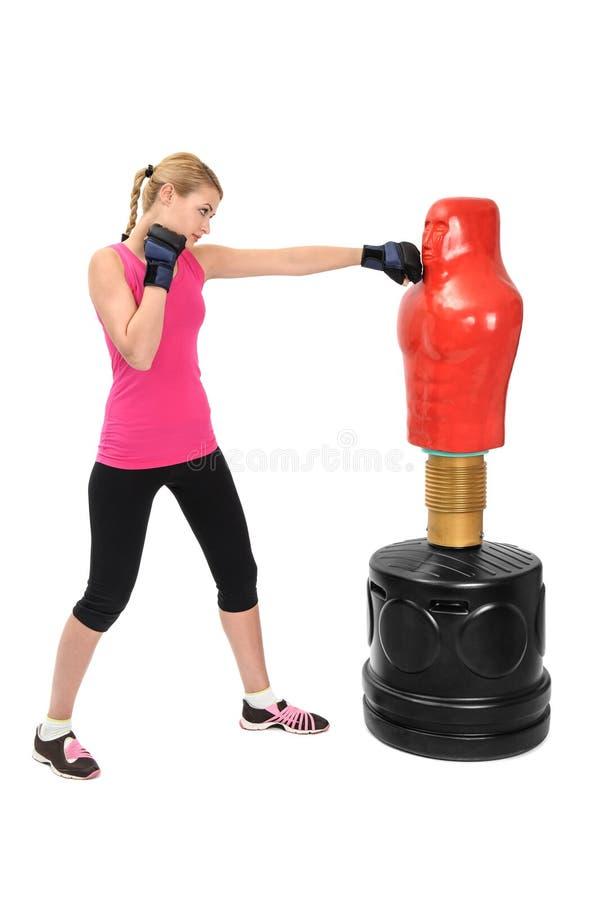Молодая дама бокса с манекеном сумки тела противоположным стоковая фотография rf