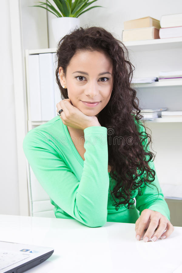 Молодая дама в офисе стоковые фотографии rf