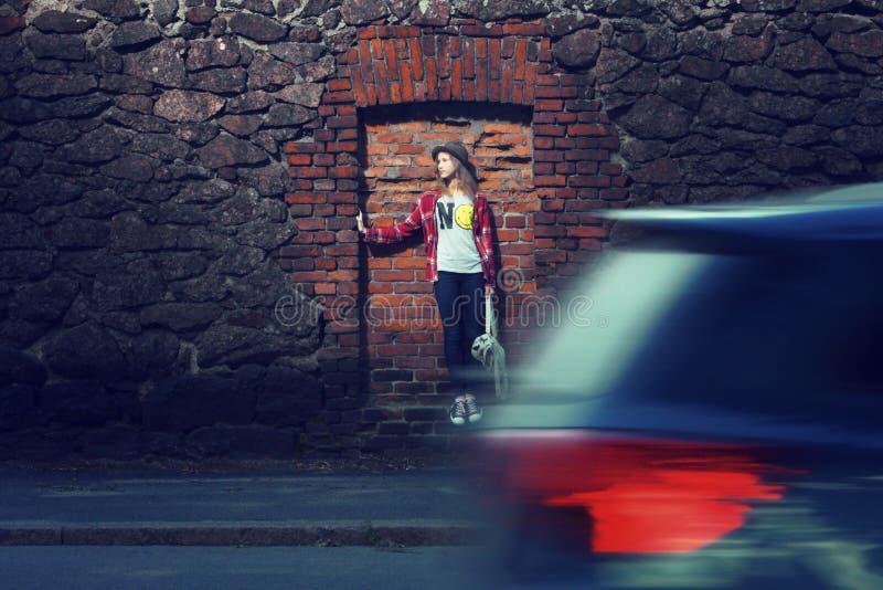 Молодая дама в улицах города стоковая фотография