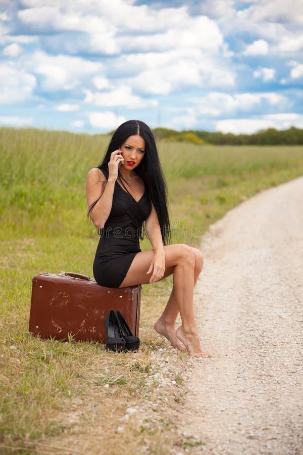 Молодая дама говорит мобильным телефоном стоковое изображение rf
