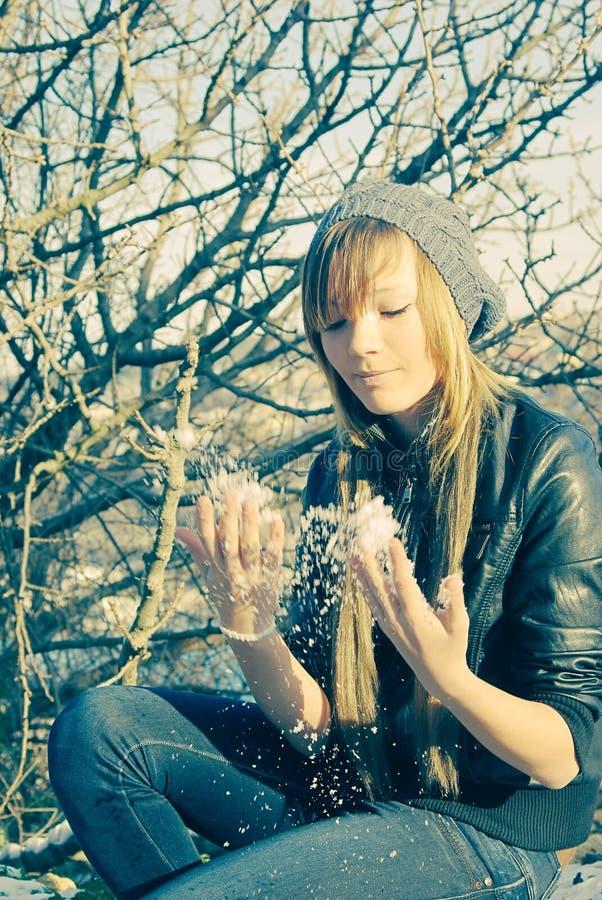 Молодая дама около шелушиться снега дерева стоковое изображение
