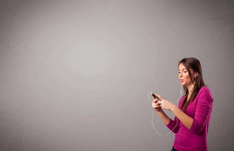 Download Молодая дама поя и слушая к музыке с космосом экземпляра Стоковое Изображение - изображение насчитывающей женщина, нот: 40592129