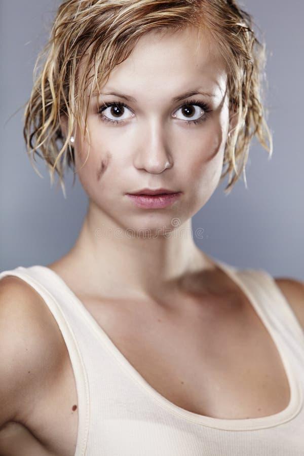 Молодая дама с пакостными и влажными волосами стоковое фото