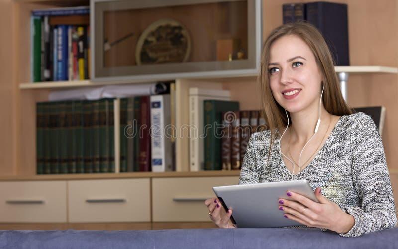 Молодая дама с ПК таблетки стоковые фотографии rf