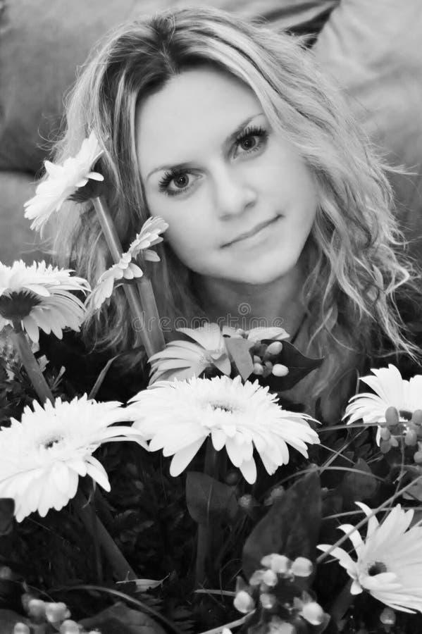 Download молодая дама с хризантемами Стоковое Изображение - изображение насчитывающей невиновность, повелительница: 40587349
