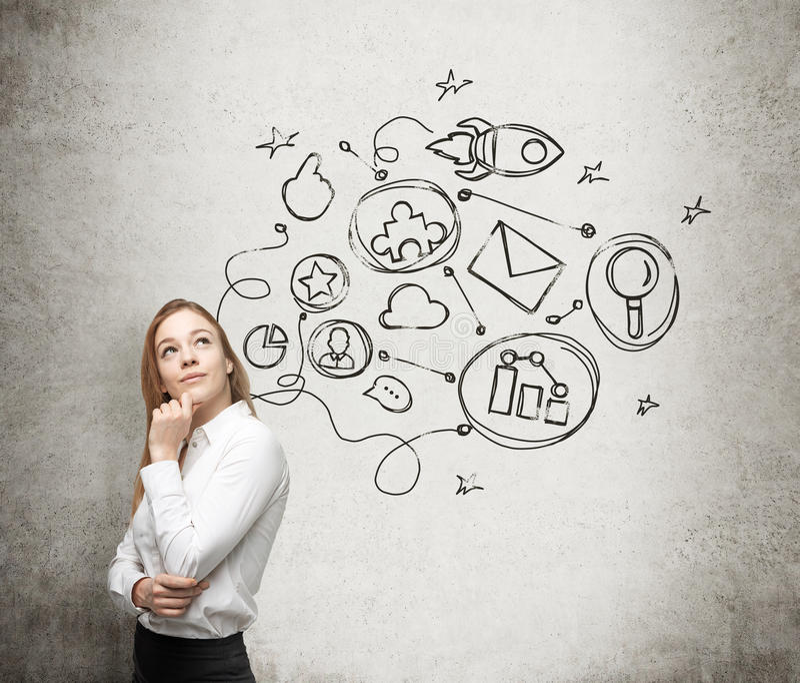 Молодая дама думает о схеме оптимизирования в некотором бизнес-процессе Некоторые соединенные значки нарисованы на бетоне wal стоковое изображение