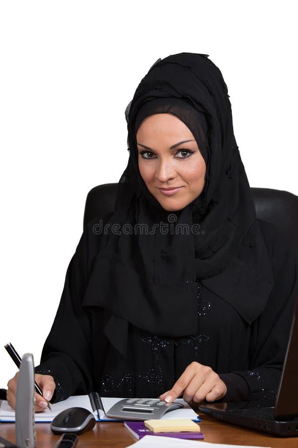 Молодая арабская бизнес-леди, работая в офисе стоковая фотография