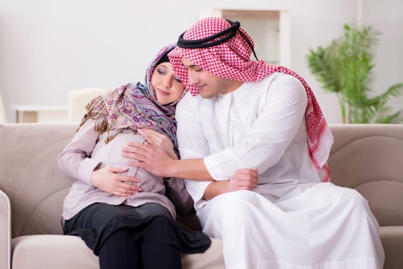 Молодая арабская мусульманская семья при беременная жена надеясь младенца стоковое изображение rf