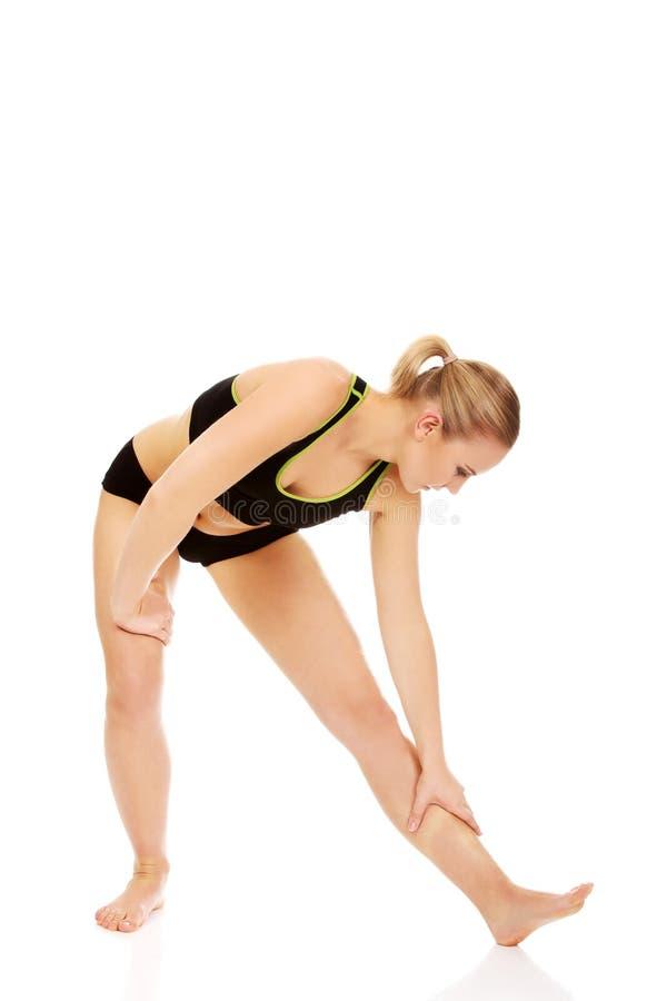 Молодая атлетическая женщина разрабатывая гимнастические тренировки стоковые фото