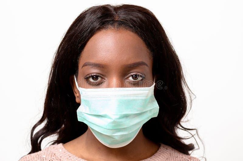 Молодая африканская женщина нося хирургический лицевой щиток гермошлема стоковое изображение rf