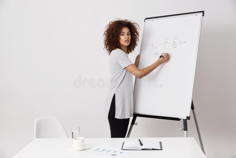 Молодая африканская женщина объясняя ее идеи к инвестору или быть тренером на строить успешный бизнес-процесс стоковая фотография rf