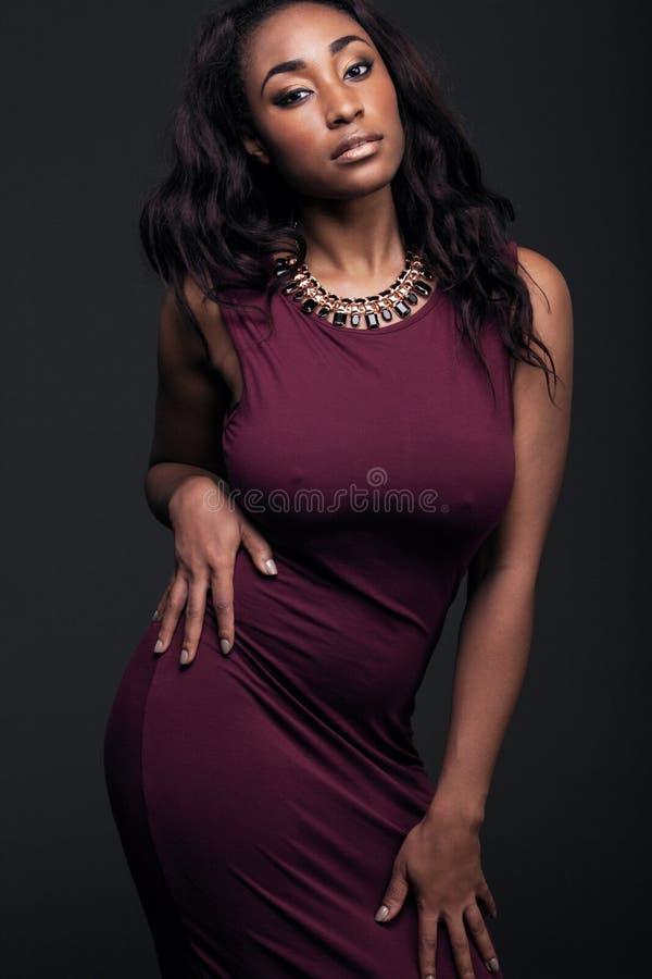 Молодая Афро-американская женщина нося красное платье стоковые фотографии rf