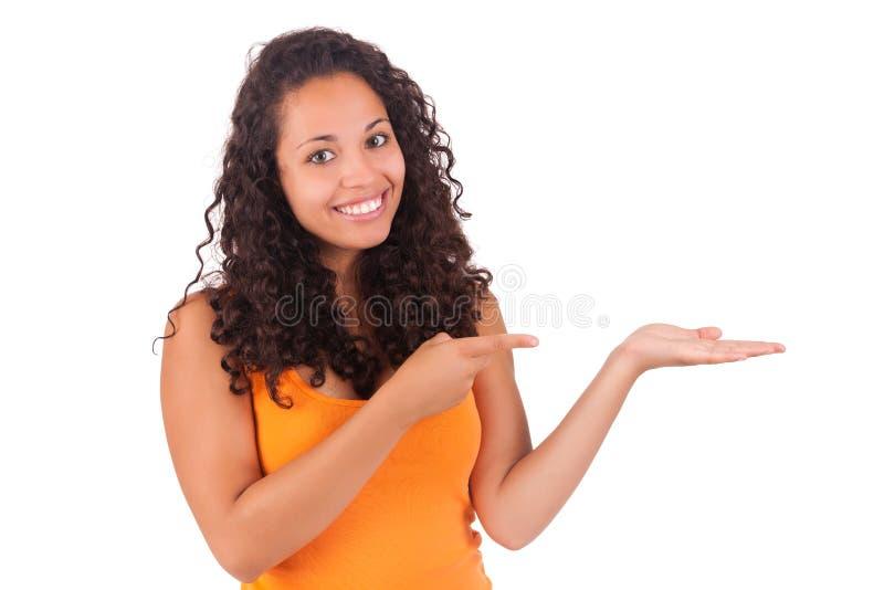 Молодая Афро-американская женщина показывая что-то стоковые изображения