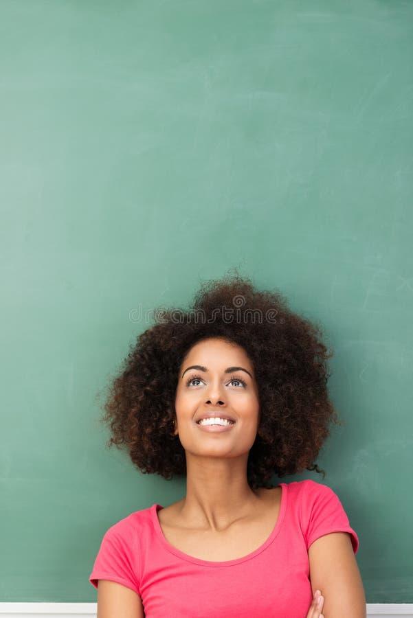 Молодая Афро-американская женщина daydreaming стоковая фотография