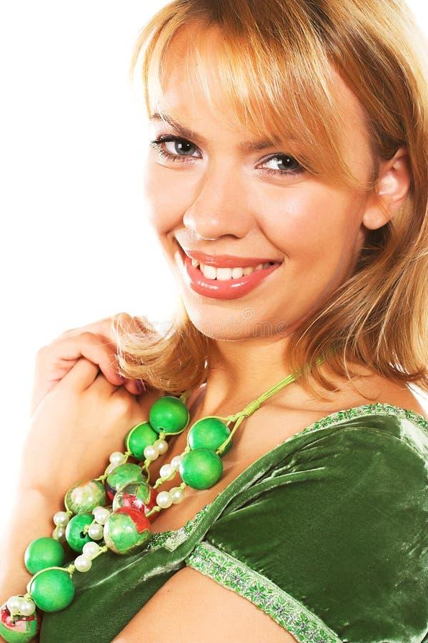 Молодая белокурая женщина нося зеленое платье стоковые фотографии rf