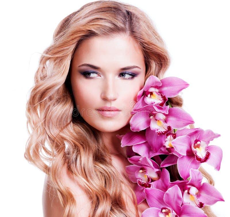 Молодая белокурая женщина с здоровыми волосами стоковое изображение rf