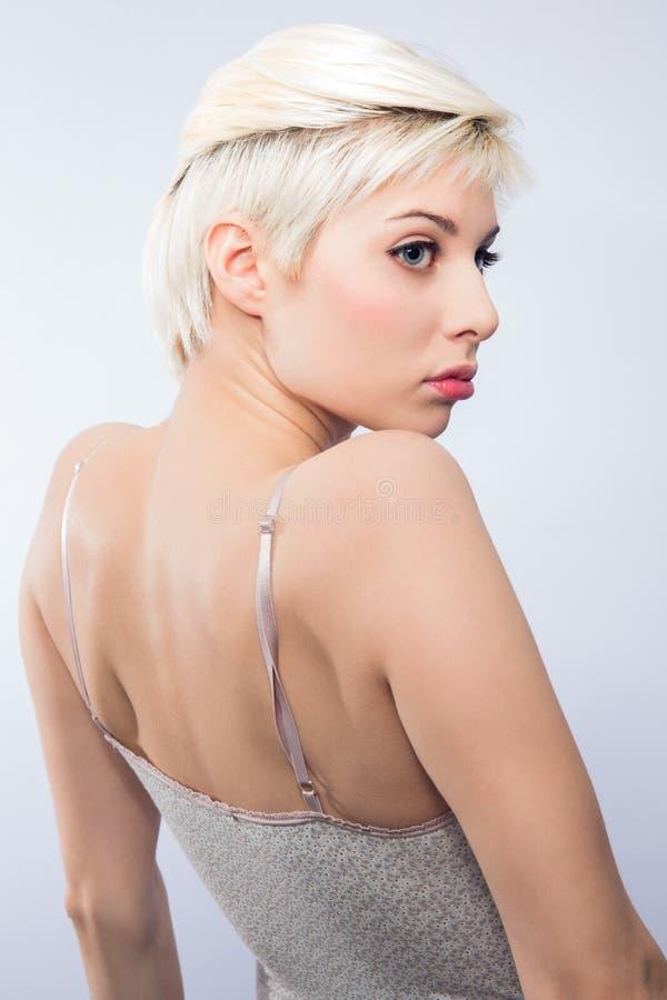Download Молодая белокурая женщина с творческой стрижкой Стоковое Фото - изображение насчитывающей портрет, волосы: 40579716