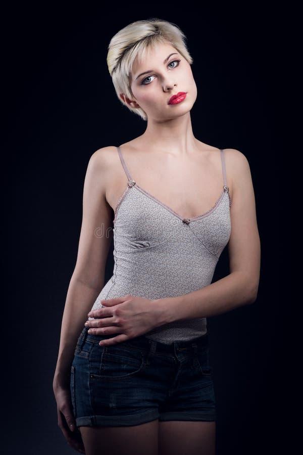 Download Молодая белокурая женщина с творческой стрижкой Стоковое Фото - изображение насчитывающей черный, hairstyle: 40580296