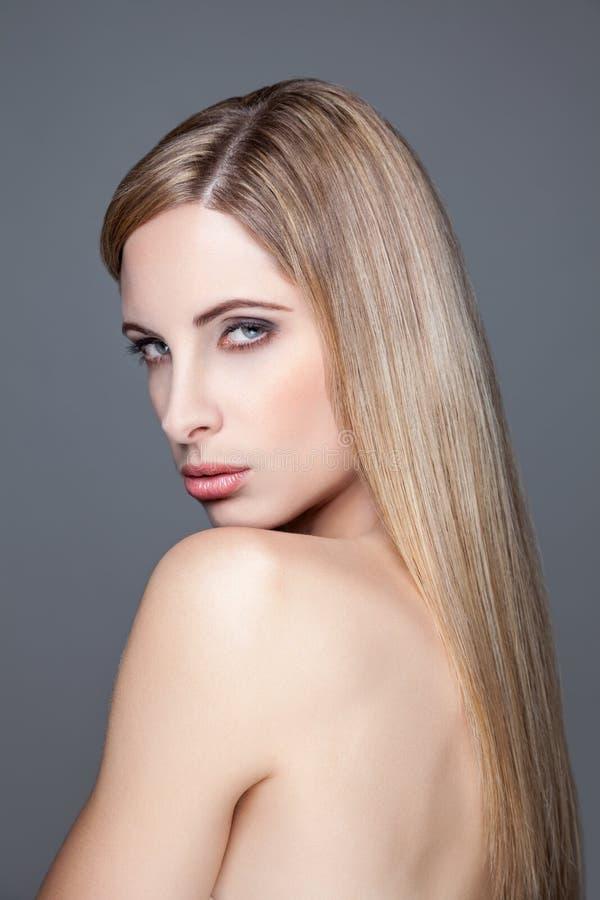 Молодая белокурая красота с прямыми волосами стоковая фотография
