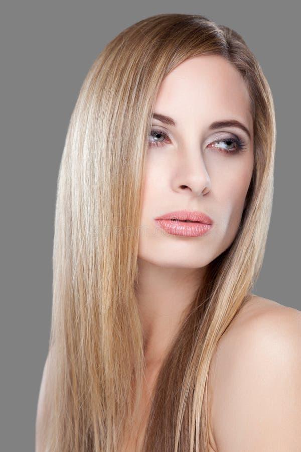 Молодая белокурая красота с прямыми волосами стоковые фото
