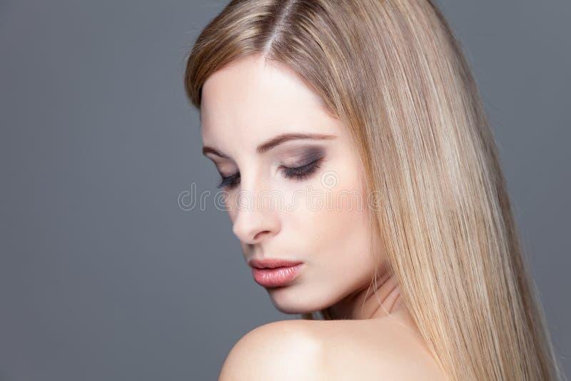 Молодая белокурая красота с прямыми волосами стоковое фото