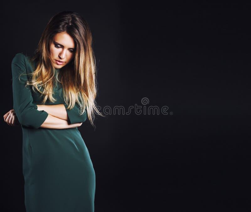Молодая белокурая настоящая женщина эмоциональная в крытой депрессии темной, красивой тоскливости стоковая фотография rf