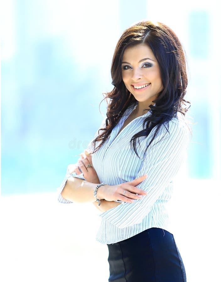 Молодая бизнес-леди в офисе Стоковые Изображения