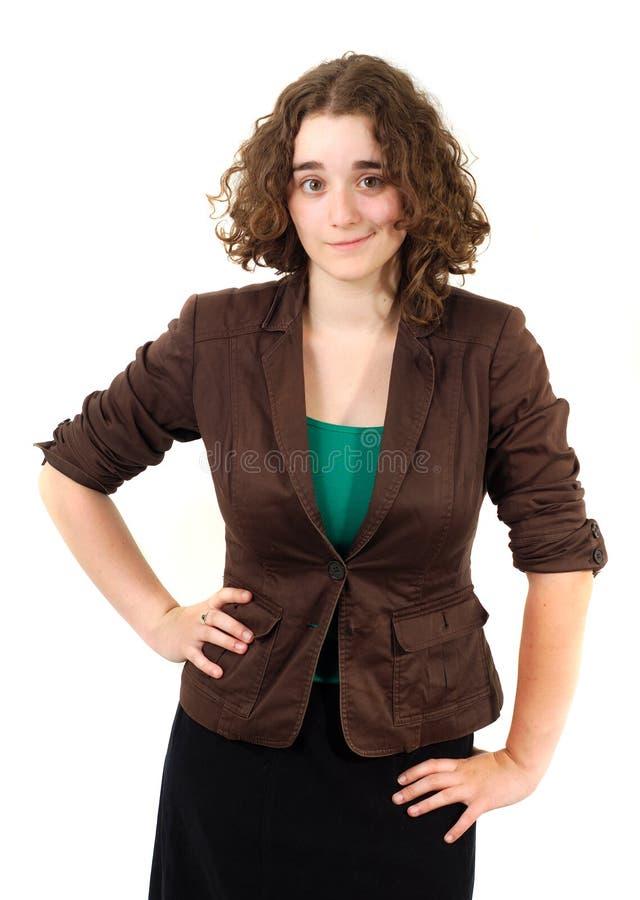 Молодая бизнес-леди на белой рубашке зеленого цвета куртки коричневого цвета предпосылки стоковые изображения rf