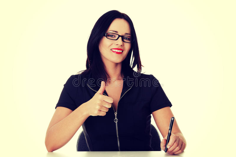 Молодая бизнес-леди писать и показывая о'кеы стоковые фото