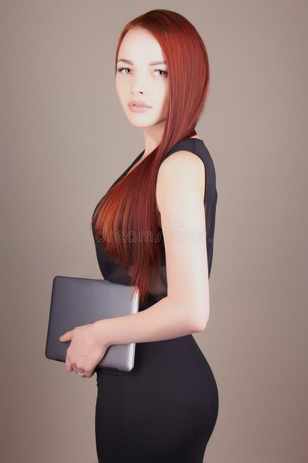 Молодая бизнес-леди с таблеткой стоковые фотографии rf