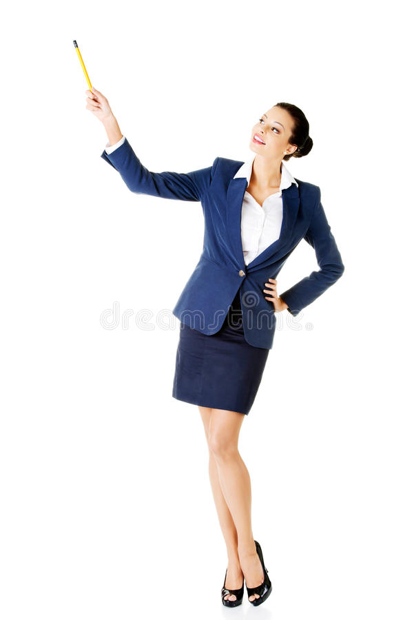 Молодая бизнес-леди указывая вверх с ручкой. стоковые изображения