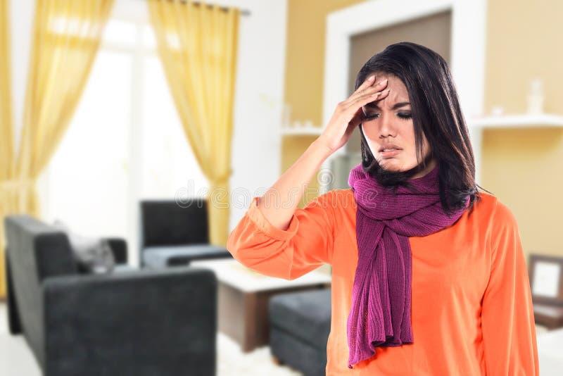 Молодая больная женщина имея холод стоковое изображение