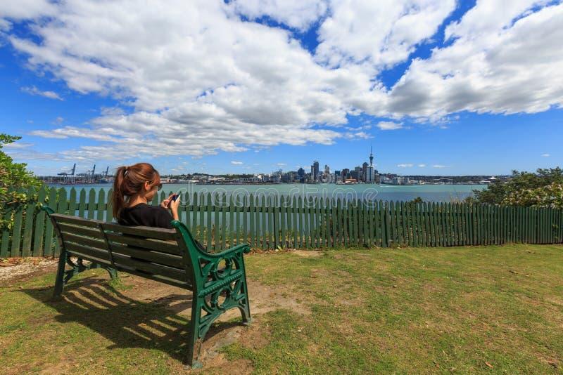 Молодая взрослая женщина используя ее телефон стоковые изображения