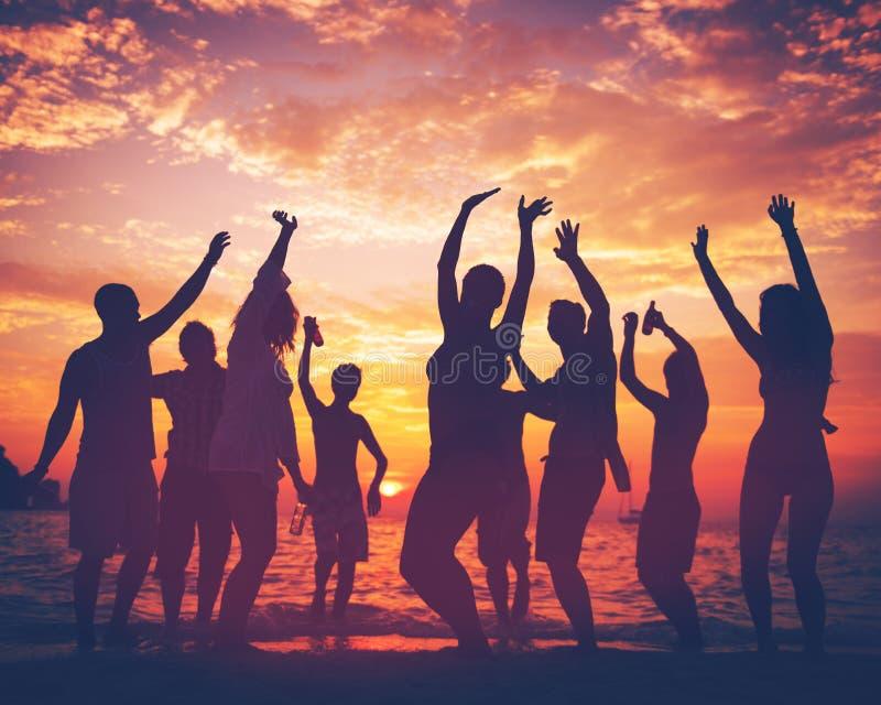 Молодая взрослая концепция танцев партии пляжа лета стоковые изображения rf