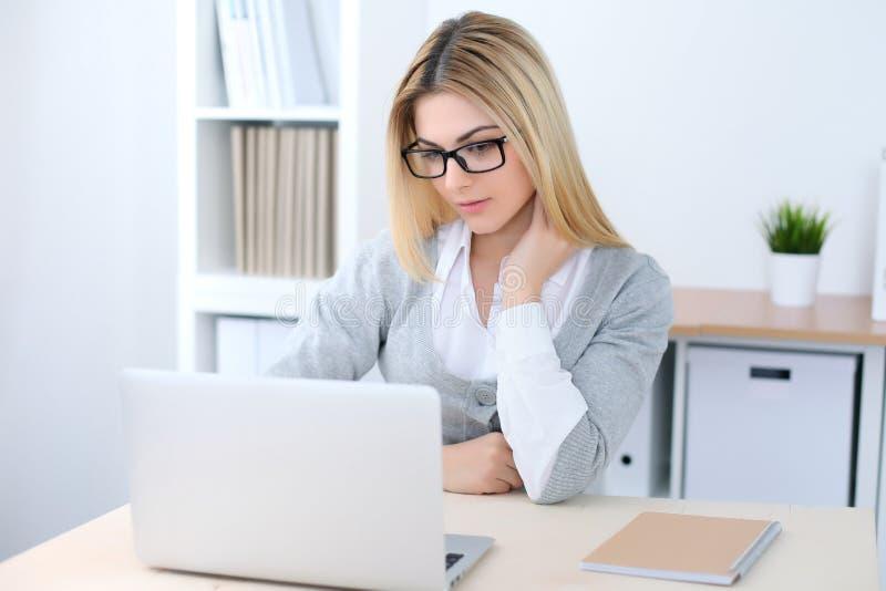 Молодая девушка бизнес-леди или студента сидя на рабочем месте офиса с портативным компьютером Концепция домашнего бизнеса стоковая фотография