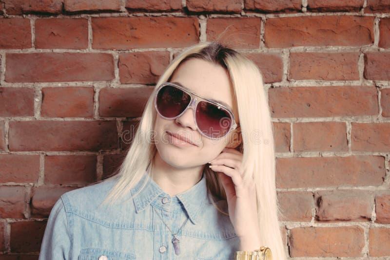 Молодая девушка битника в солнечных очках стоковое фото rf