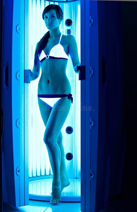 Молодая девушка брюнет в солярии стоковая фотография rf
