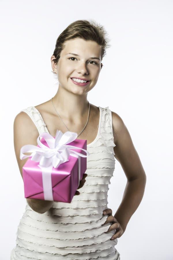 Молодая девушка брюнет с подарком стоковое изображение rf