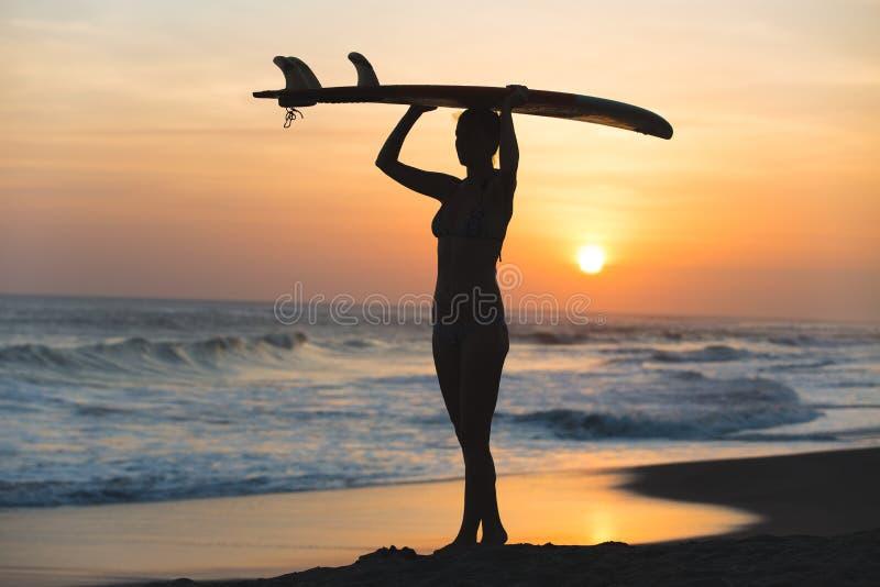 Молодая девушка серфера стоковое фото rf