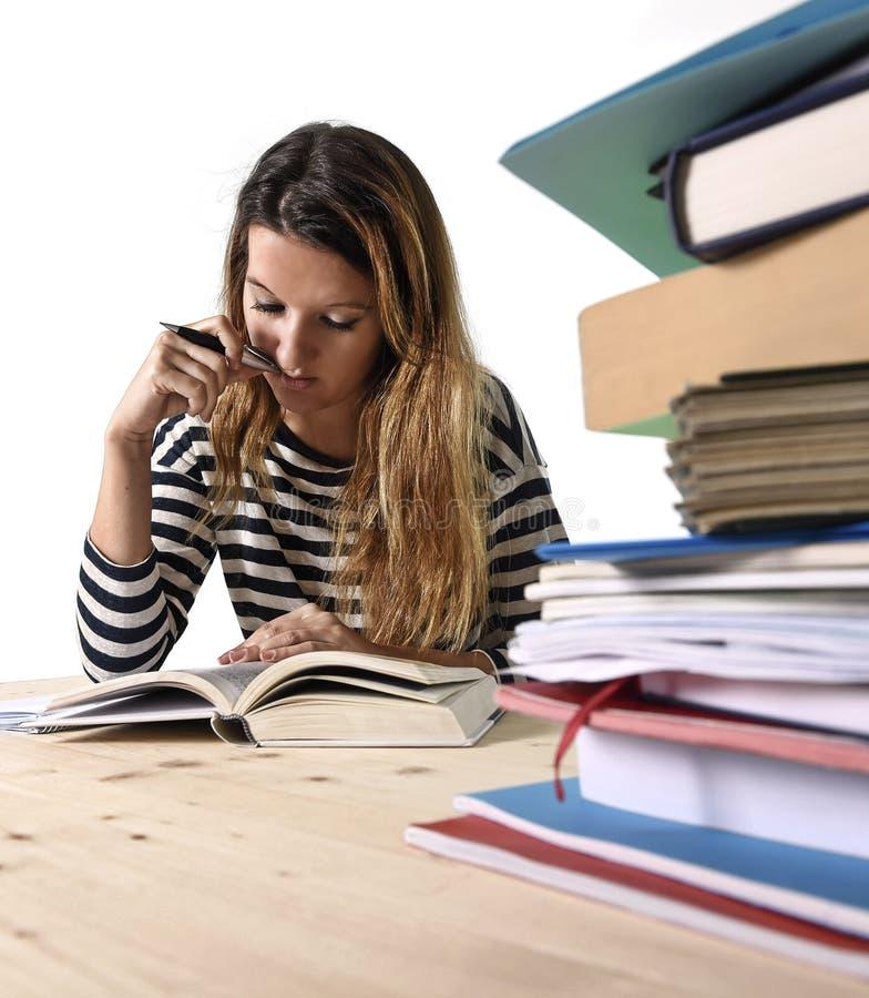 Молодая девушка студента сконцентрировала изучать для экзамена на концепции образования библиотеки колледжа стоковое изображение rf