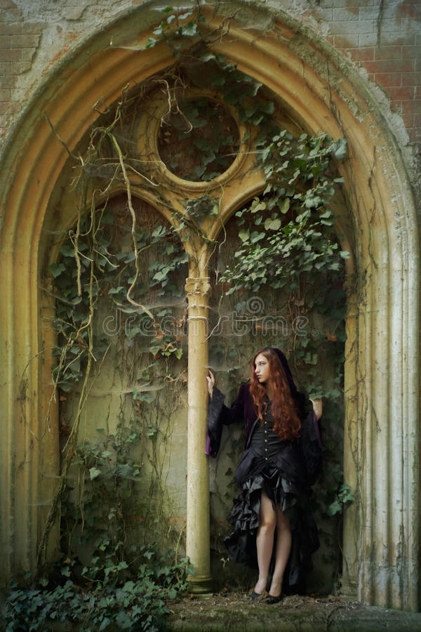 Молодая девушка goth с красными волосами стоковые изображения rf